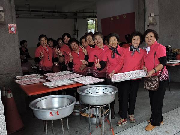 婦女會伙伴搓湯圓共慶元宵.jpg