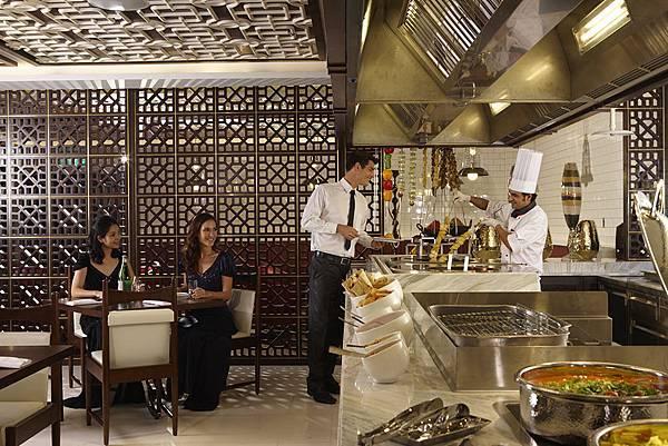 【六福旅遊集團】台北威斯汀六福皇宮絲路宴互動式料理餐廳擁有台灣少見,極具特色的印度區料理和各國百匯,超值加贈的位上主餐「乾式熟成牛排」更是一大亮點。.jpg