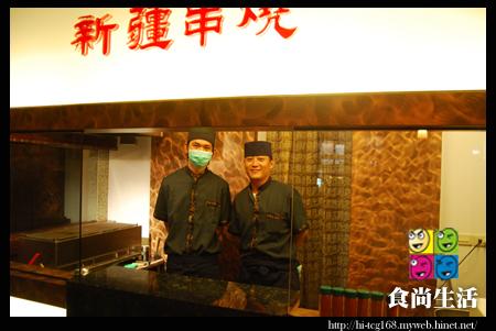 小肥牛蒙古鍋-製作新疆串燒的辛苦師傅.JPG