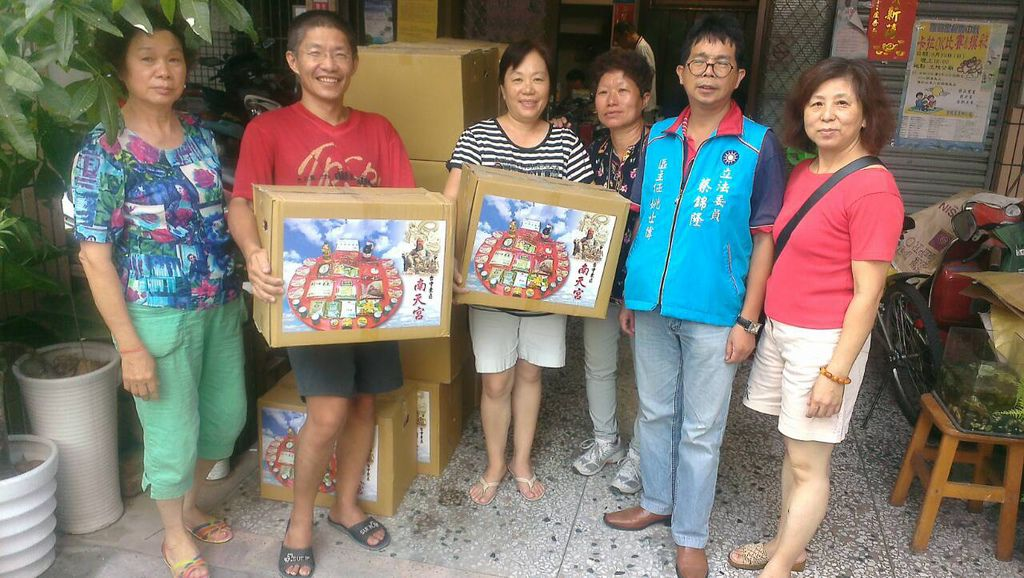 蔡錦隆服務處助理捐贈愛心物資