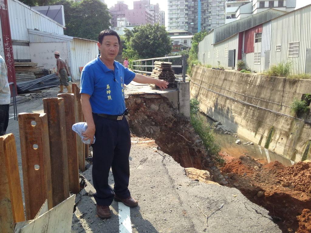 颱風毀河堤路基
