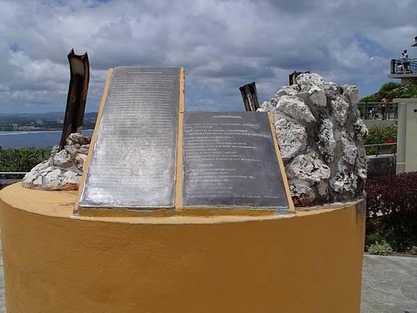 被颱風吹壞的銅像