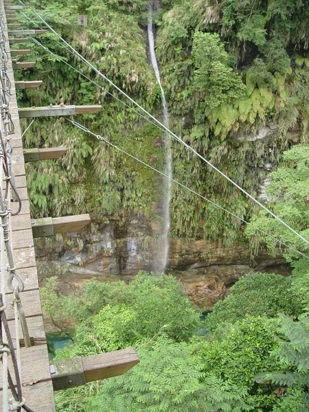 瀑布邊還有個小吊橋