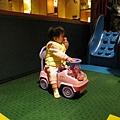 遊戲區的小車車