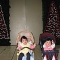 跟穎妹妹在大門聖誕裝飾前合照吧