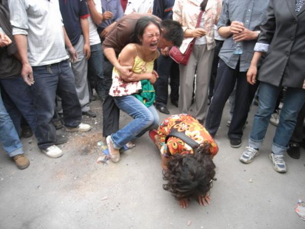 800px-Sichuan_earthquake_victims_dujiangyan.jpg