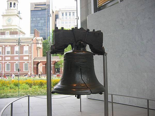 """坐落在美國誕生地費城的""""自由鐘"""",是世界上最著名的一口鐘﹐自251年前在費城獨立宮(原來的賓州州府)敲響第一聲後﹐已越來越成為美國以至國際上自由﹑人權的象征﹐每年吸引一千六百萬遊客前來觀看。10月9日""""自由鐘""""被遷移到新建成的﹑比原來的玻璃亭更寬敞明亮的""""自由鐘中心""""。"""