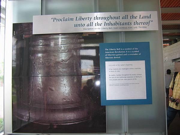 自由鐘是1751年為紀念賓夕法尼亞州建州50周年由英國人在倫敦澆鑄成後運到費城的。1753年7月8日在第一次向公眾宣讀《獨立宣言》時﹐自由鐘響起庄嚴而宏亮的鐘聲﹐成為廢除殖民地﹑獲得自由的象徵。