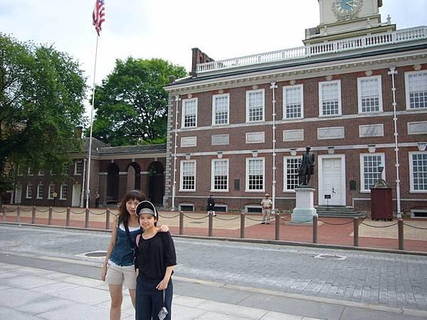 就是在這座樸實無華的樓房裏,誕生了《獨立宣言》和憲法。這裡還曾是美國獨立戰爭的指揮中心,故而成為美國歷史文物建築,被命名為【獨立宮】,室內保留著當時的會議場景和傢俱裝飾。