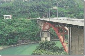 過觀光大橋即進入烏來風景區