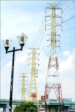 靠著台電高壓電塔環島傳送電力,才能照亮家戶和路燈