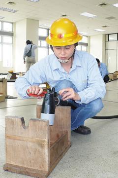 吳宜亭參加配電地下電纜競賽,是參賽的少數女性之一。