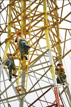 台電電塔油漆師傅在塔頂工作
