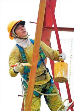 電塔油漆師傅攀高油漆電塔換新裝