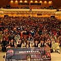 臺灣豫劇團與全體學童合影