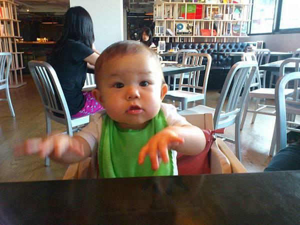 這個小人兒怎麼跑來吃的?
