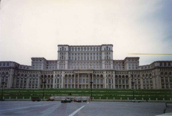 9 羅馬尼亞國會大樓是世界上第二大辦公樓群僅次於五角大廈.jpg