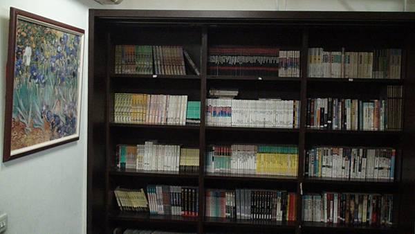 書櫃裡面滿滿的都是書本