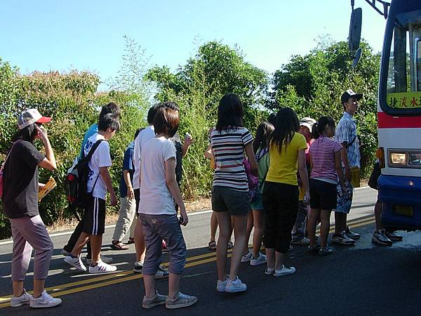 排隊等著上公車~!!