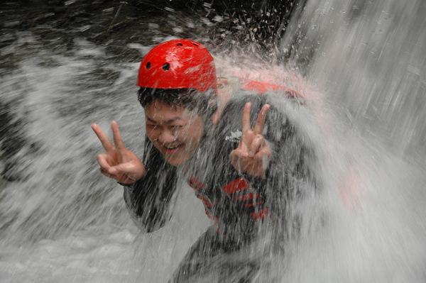 每個人都要在小瀑布底下體驗
