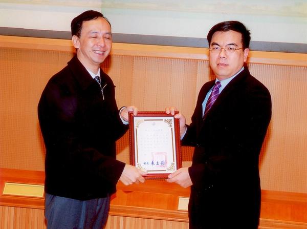 總經理彭啟明博士和新北市長朱立倫合影