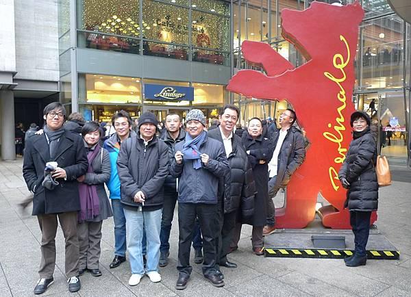《10+10》導演們與柏林熊開心合照.JPG