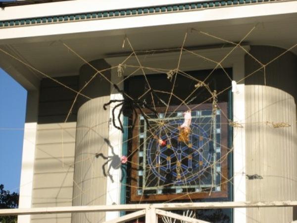 蜘蛛網上的洋娃娃