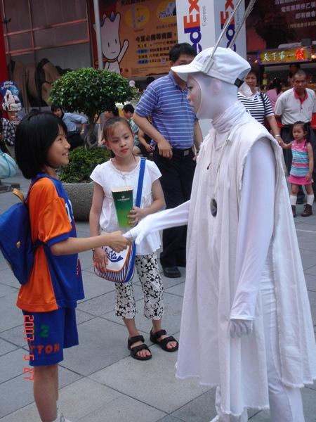 白臉姊姊握個手