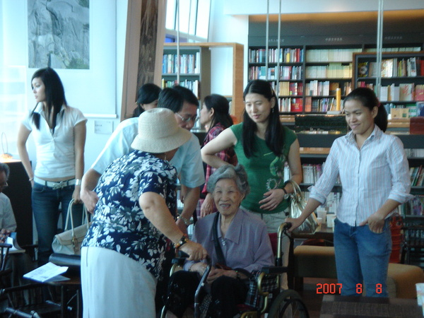 林教授帶著八十幾歲高齡的母親一起來祝福我,真是我的大福氣,謝謝阿嬤還有師母~~