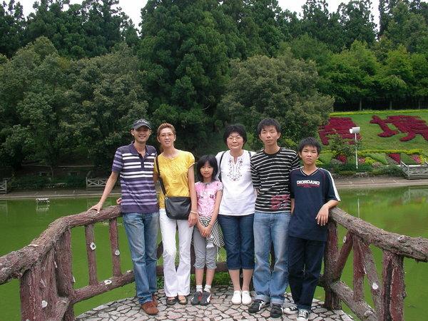 最左邊兩個是我弟跟他女友