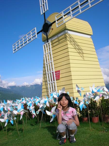 這個大風車跟地面上的小風車,也因為颱風而倒塌了吧?!