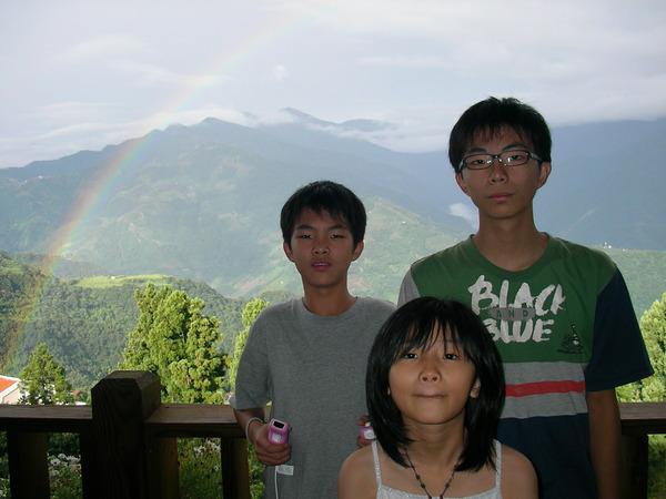 他們一抵達清境就有一道彩虹迎接著他們,真好。