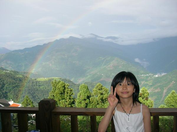 這道彩虹還撐挺久的,讓每個人都可以跟它合照到。