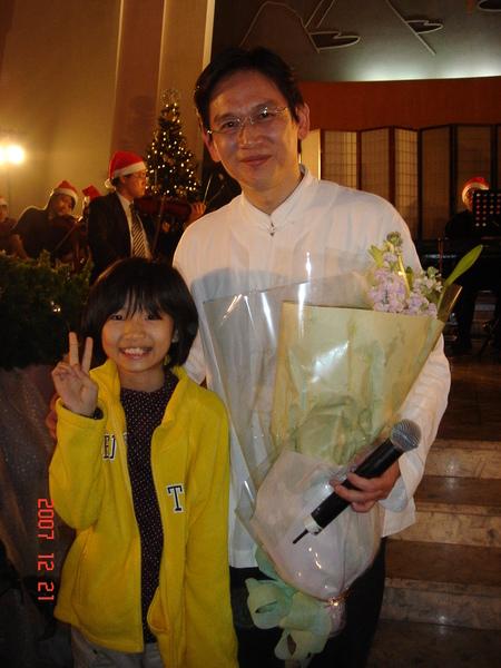 殷正洋先生跟芃芃...呃,那花不是我們送的,呵呵...
