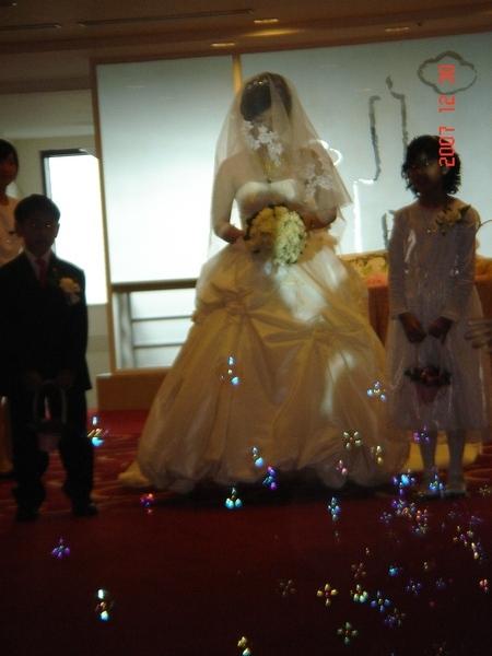 等在門口感動到一直拭淚的新娘子