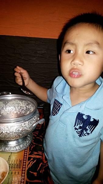 貝貝餓得吃整鍋飯