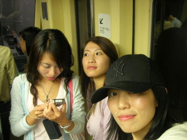 很短像捷運的列車...旁邊有個導遊哄阿公阿嬤團說是小火車