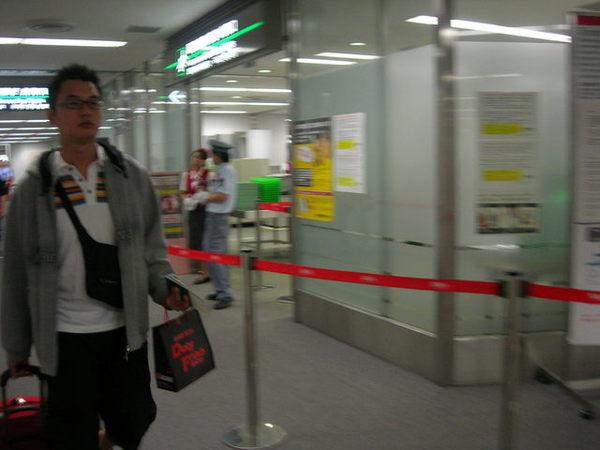 這張是要拍很日本的機場工作人員