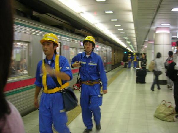 日本人真的專業又敬業...看他們的制服就知道
