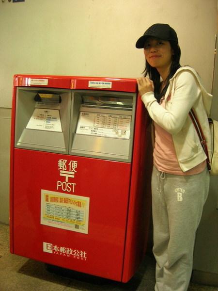 逛到郵便局去...日本的郵便局晚上都還有