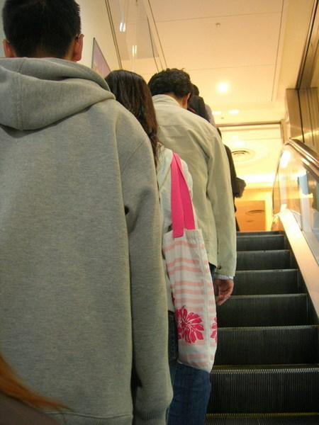 日本人靠左邊走...我們還是一直站錯邊