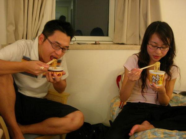 晚上躲在飯店繼續吃...這對夫妻檔吃高級日本泡麵