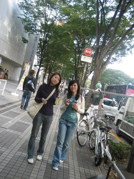 邊走邊吃早餐超悠閒...完全不想回台北上班