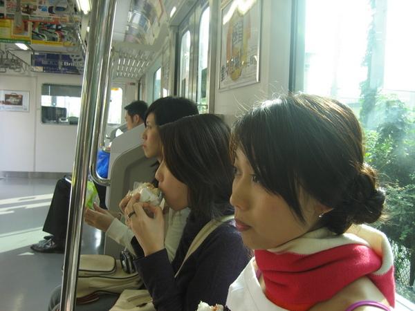 繼續沒吃完的早餐...日本電車上可以飲食