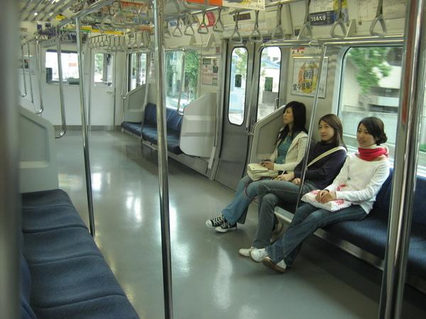 三鷹市在郊區比較鄉下的地方...列車上的乘客不多
