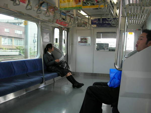日本人很奇怪...一上車拼命傳簡訊發mail