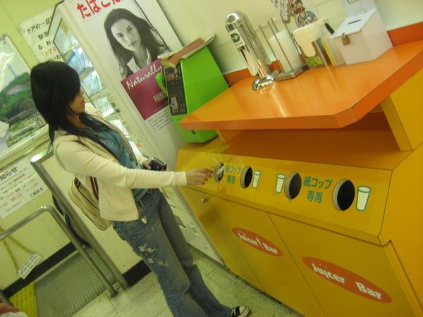 資源回收的分類垃圾桶...看起來也很乾淨可愛