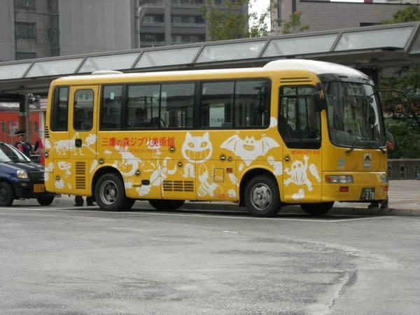 開往宮崎駿美術館的黃澄澄巴士