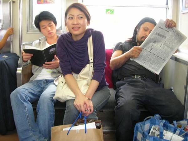 怪怪流浪漢身上發出臭味...我們就在車廂用中文大聲交談超爽