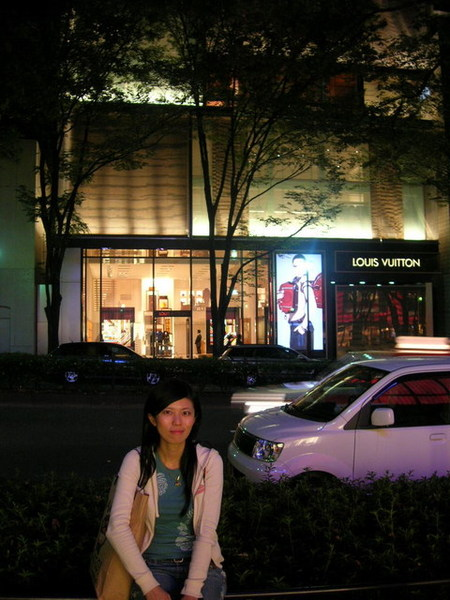 對面的Louis Vuitton